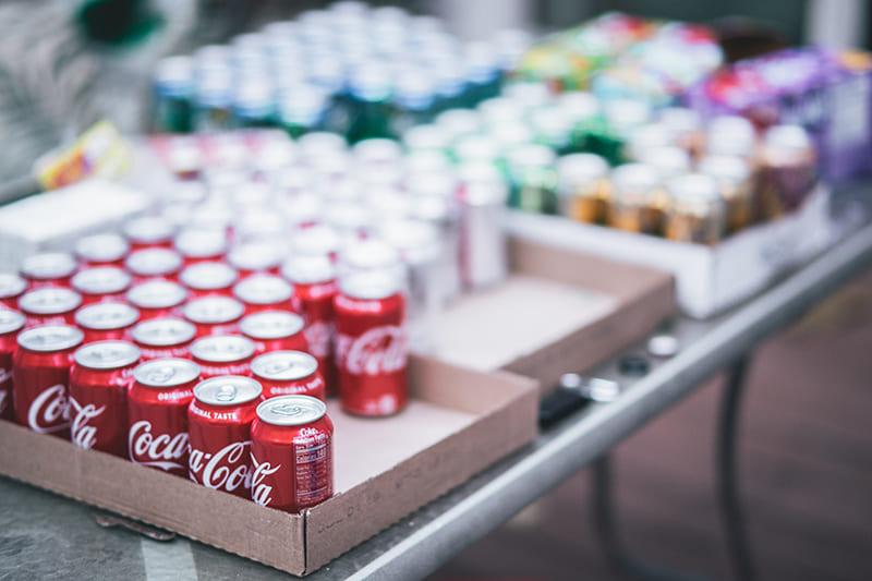 品牌符號呈現,標準的可樂紅與白色字體標誌,作為視覺語言的圖形符號,形成鮮明的對比,表現了其年輕、活力四射以及積極向上等品牌特性,使人印象深刻。